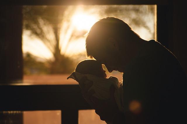 papa et bébé dans les bras